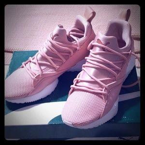 Women's US 7.5 shoes